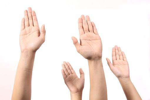 手 ハンド ハンドパーツ ボディパーツ 人物 指 手元 手首 ジェスチャー 身振り 肌 人肌 腕 パーツ 部位 片手 片腕 白バック 白背景 コピースペース テキストスペース 複数 たくさん  向上 上 挙手 挙がる 挙げる はい