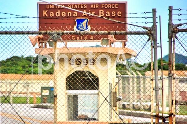 沖縄県嘉手納基地のゲートの写真