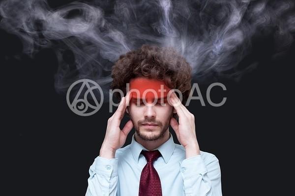 発熱する男性の写真