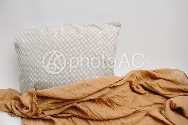 クロス模様のクッションと布の写真