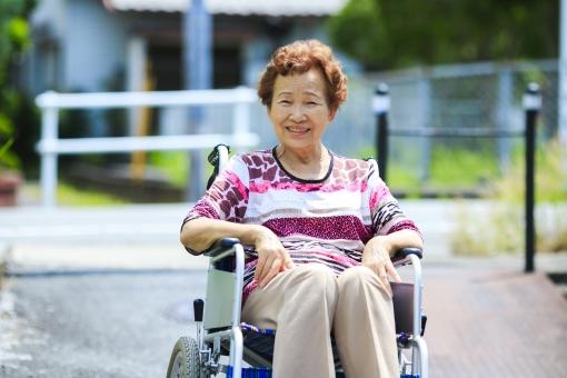 人物 日本人 笑顔 座る 椅子 女性 ポートレート 健康 大人 母親 屋外 病気 シニア おばあちゃん おばあさん 笑う 外 高齢者 痛み 老後 ケガ 怪我 治療 施設 アウトドア 自然光 車椅子 介護 老人ホーム 骨折 サポート 車いす 東洋人 アジア人 高齢 祖母 年金 車イス 補助 70代 筋肉痛 デイサービス 高齢化社会 70歳
