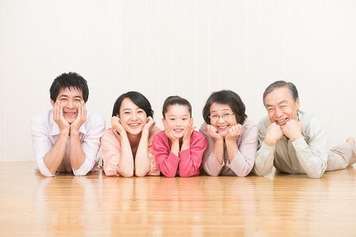 人物 日本人 家族 親子 ファミリー  三世代 二世帯 5人 両親 義両親  こども 子供 孫 娘 女の子  小学生 笑顔 スマイル 仲良し 並ぶ 頬杖 寝そべる 屋内 部屋 フローリング 床 楽しい  mdjf017 mdjm016 mdfk014 mdjms004 mdfs003