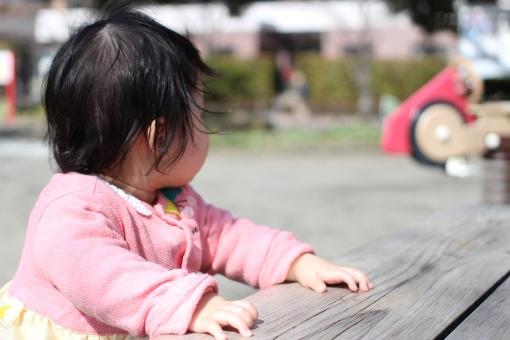赤ちゃん 子ども 子供 1歳 1才 1才 1歳 一歳 一才 女の子 ベビー 娘 公園 つかまり立ち 公園デビュー ベンチ 遊具 後ろ姿 うしろ姿 後姿 後頭部 baby japan kid park japanese play park red pink 指
