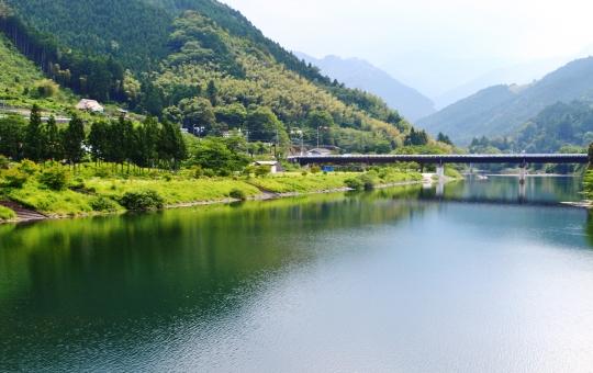 湖畔 湖 山 水 水面 森 木 木々 樹木 橋 静寂 静けさ 植物 初夏 風景 景色 景観 壁紙 背景 テクスチャ 素材 癒し グリーン 緑 緑色 綺麗 キレイ きれい 艶やか 鮮やか 自然 美しい 穏やか 映る 林 光 陽射し 日差し