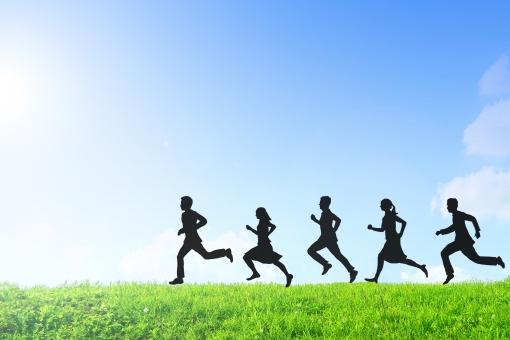走る男女の写真