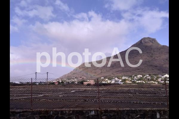 モーリシャス 塩田と虹の写真