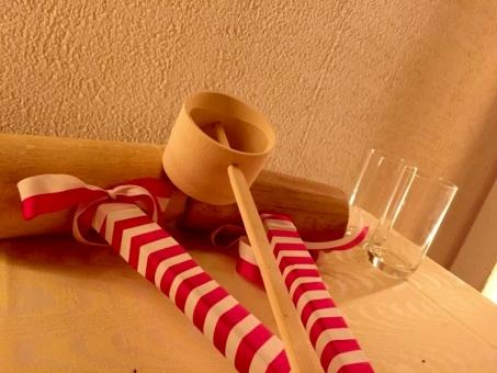 披露宴 お祝い 木槌 紅白 コップ グラス ビール アルコール 披露宴 結婚式 創業祭 パーティー 鏡開き 鏡割り 鏡抜き 伝統 文化 行事 日本 竹杓 和風 テーブル テーブルクロス 壁 間接照明 正月 お正月