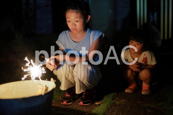 花火をする女の子12の写真