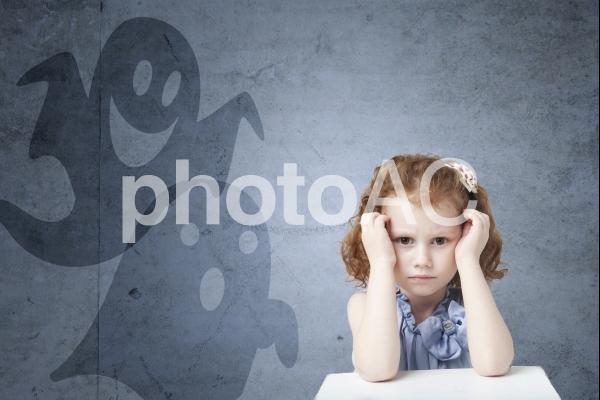 頭痛がする白人少女の背後にゴーストの写真