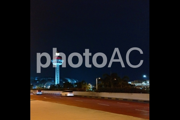 シンガポール チャンギ国際空港 入口近く 管制塔 夜景の写真