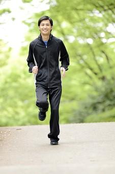 全身 人物 人 男性 男 大人 日本人 20代 若い 屋外 公園 スポーツ 運動 スポーツウェア ジャンバー ウィンドブレーカー ジョギング ランニング 走る ジョガー ランナー トレーニング エクササイズ 練習 趣味 健康的 体調管理 ライフスタイル 笑顔 軽快 mdjm025