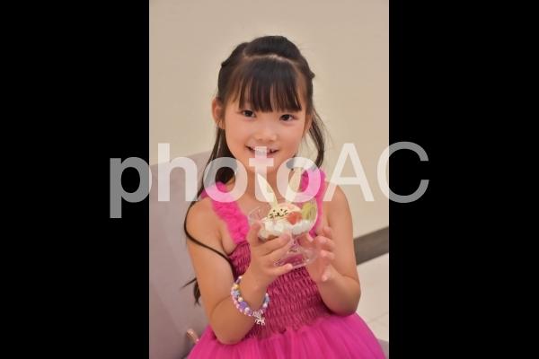 可愛いアイスを持つ子供の写真