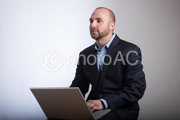 瞑想するスキンヘッド外国人男性の写真