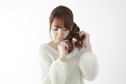 人物 女性 日本人 若い 20代   セーター ニット カジュアル モデル かわいい   キュート ポーズ おすすめ 屋内 白バック   白背景 上半身 仕草 髪の毛 ヘアスタイル 美容 毛先 枝毛 見る チェック 気になる mdjf005