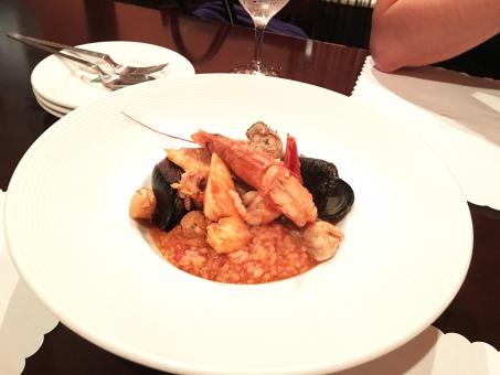 ディナー ランチ 女子会 リゾット イタリアン エビ ムール貝 トマトソース 白いお皿 賑やか 美味しい 食事会