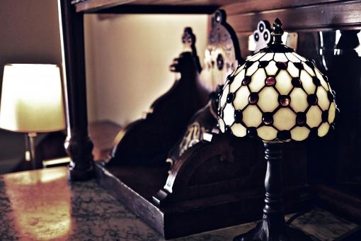 室内 ランプ 傘 電気 照明 照明器具 彫刻 置物 置き物 クラシック ビンテージ アンティーク 骨董 骨董品 収集 コレクション アイテム インテリア 飾り 装飾 装飾品 アップ クローズアップ 接写 芸術 アート 作品 細工 間接照明