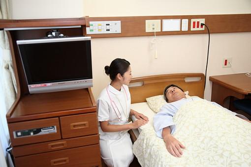 白衣 病院 医院 医療 ナース 看護師 看護婦 患者 男 男性 入院 病室 病気 シニア 介護施設 治療 療養 老人ホーム ベッド 寝る 若い 検診 ナースコール 話す 福祉 笑顔 日本人 mdjm013 mdjf034