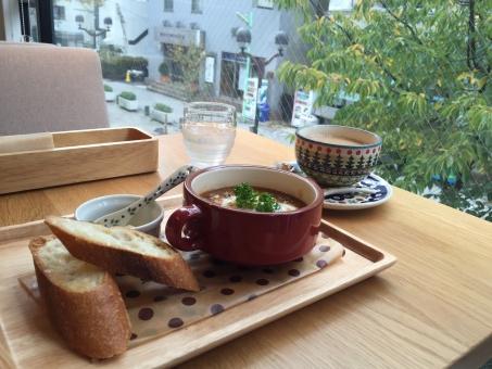 カフェ ランチ 飲食店 レストラン 窓 眺め 緑 ビーフストロガノフ パン フランスパン カフェオレ コーヒー 美味しい おしゃれ 自由が丘