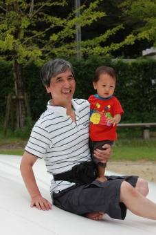孫 マゴ お爺さん おじいさん お爺ちゃん おじいちゃん 祖父 中年 老年 親族 遊ぶ