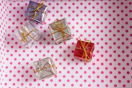 箱 小箱 プレゼント 贈り物 手土産 土産 ゴールド  金色 シルバー レッド 赤 ブルー 青 銀色 光沢 ギフト 贈答品 印象的 おくり物 6個 ボックス 屋内 人物なし 物撮り 包装紙 紙 置く 上から視線 反射 高級感 ドット 水玉 開ける