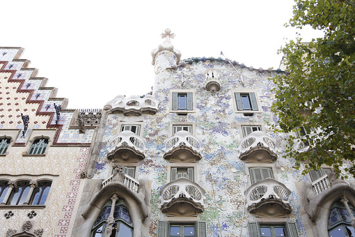 海外 外国 ヨーロッパ スペイン バルセロナ アシャンプラ カサバトリョ カサ・バトリョ アントニオ ガウディ 海 トレンカディス タイル モザイク ステンドグラス 青 光 自然光 晴れ 吹き抜け 黄色 チェック 窓 カーテン 家 おしゃれ 個性的 建築家 建築 デザイナー 海 ドラゴン ファサード 曲線 骨の家 建物