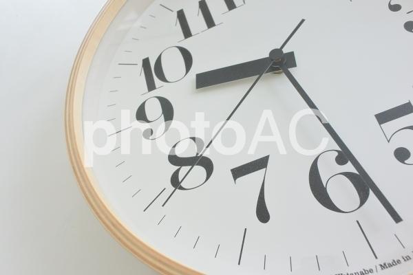 時計 アップ 木目の写真