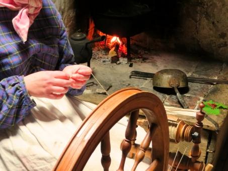 糸紡ぎ つむぐ 紡ぐ 手作業 作業 働く 仕事 糸車 暖炉 炉ばた 農家 昔ながら ヨーロッパ 北欧 スウェーデン 童話 眠れる森の美女 昔話