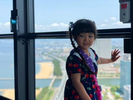 福岡タワーから景色を見る少女_02の写真