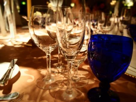 結婚式 二次会 グラス 青 水 透明 パーティー 食事 テーブル ワイン