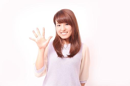 人 人間 人物 人物写真 ポートレート ポートレイト 女性 女 女の人 若い女性 女子 レディー 日本人 茶髪 ブラウンヘア セミロングヘア  白色 白背景 白バック ホワイトバック  手 指 ポーズ 手のポーズ  肘を曲げる  指を広げる 手のひら 5 五個 五つ 挨拶 笑顔 笑う 手を広げる 手を開く 歯 数 えくぼ 笑窪 バイバイ 手を振る mdfj012