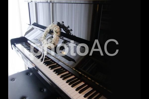ピアノとリースの写真