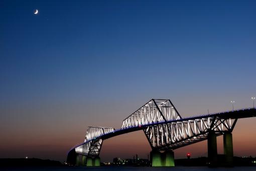 三日月 ゲートブリッジ 東京 TOKYO トワイライト グラデーション スペース 東京湾 ライトアップ 恐竜橋 海 月 青 Blue 夕焼け 夕方 かっこいい 渡る 車 きれい デート スポット 夜景 moon コピースペース sunset 夕景 マジックアワー 橋