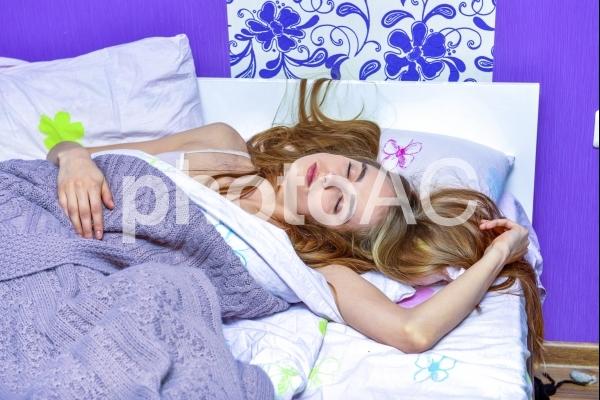睡眠中の外国人女性7の写真