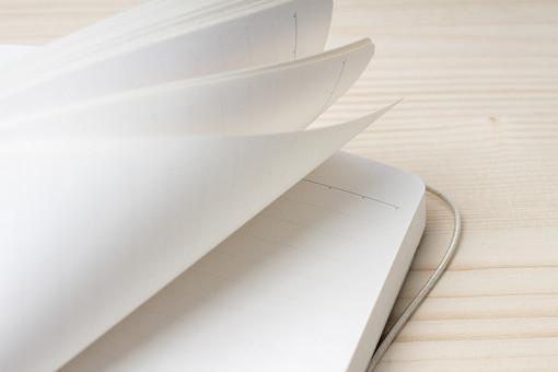 机 テーブル ノート ノートブック 大学ノート メモ 手帳 筆記帳 紙 文房具 文具 道具 雑貨 学習 学校 授業 勉強 仕事 ビジネス テキスト 学ぶ 書く 記録 記述 開く めくる 捲る 白紙 白色 罫線 横罫