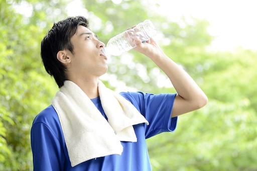 人物 人 男性 男 大人 日本人 20代 屋外 公園  スポーツ 運動  Tシャツ 青 タオル  水 水分 ミネラルウォーター ドリンク 飲む 水分補給 ゴクゴク ゴクリ 渇き 喉 のど ペットボトル 脱水  トレーニング 健康 健康的 体調管理 ライフスタイル mdjm025