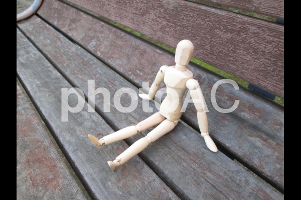 ベンチに座るデッサン人形の写真