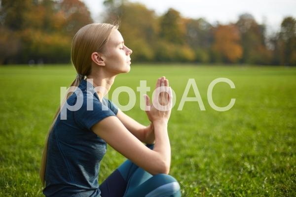 夕方の公園でヨガをする女性12の写真