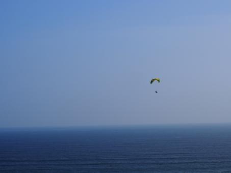 パラグライダー スカイダイバー スカイダイビング パラグライ スカイスポーツ 青い 海 空 青空 静かな波 海の上 遠い