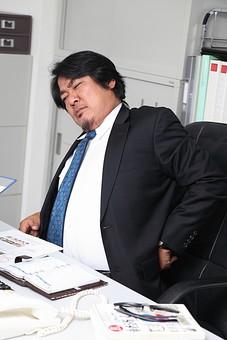 人物 日本人 男性 中年 上司  ボス 社長 仕事 ビジネス ビジネスマン  サラリーマン 会社員 会社 屋内 室内  社内 オフィス スーツ オフィスワーク  デスクワーク 疲れる 疲労 腰 痛い 腰痛 机 イス 椅子 座る ストレッチ 忙しい 多忙 オーバーリアクション mdjm010