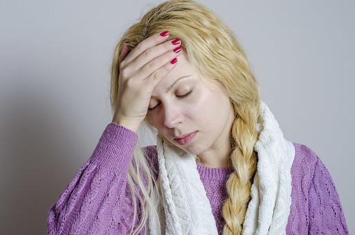 外国人 外人 女性 女 少女 美女 美人 金髪 三つ編み ロングヘア 病気  体調不良 具合が悪い インフルエンザ 風邪 カゼ 疲れ 寝起き 眠い パジャマ 紫 薬 体温計 検温 発熱 高熱 微熱 頭痛 タオル mdff014