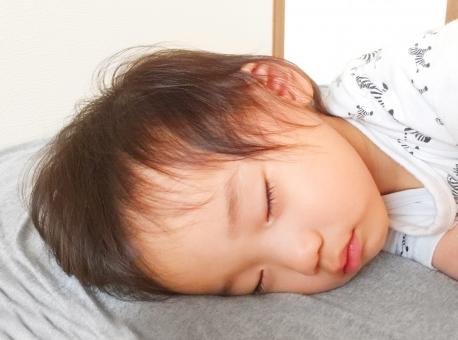 お昼寝中の子供(1歳8ヶ月)の写真