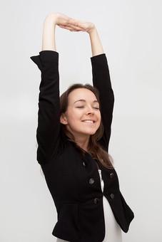 人物 人 人間 女性 白人女性 外国人 レディ 婦人 ロングヘア ブラウンヘア おでこ 額 センター分け  人物写真 ポートレート ポートレイト イギリス人  ジャケット 黒ジャケット  白背景 白バック ホワイトバック 伸び 脱力 ストレッチ リラックス 瞑る 目を閉じる 腕を上げる mdff002