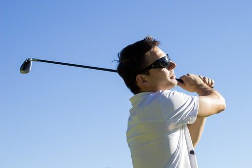ゴルフする男性1の写真
