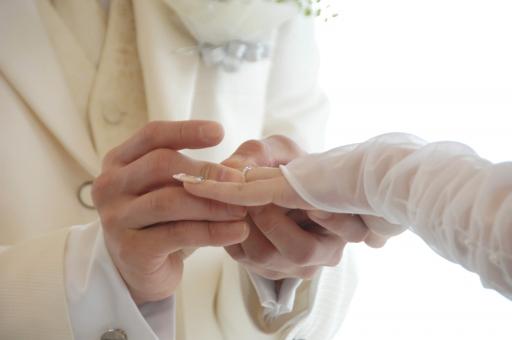 指輪 結婚式 結婚 交換 指輪交換 新郎 新婦 花嫁 手 ウエディング ブライダル 白 幸せ 幸福 愛 新婚 愛情 緊張