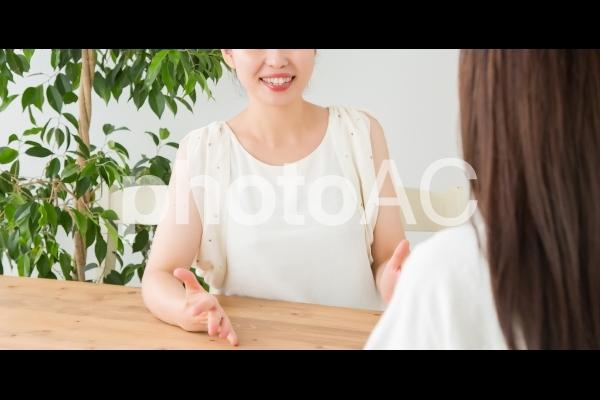 ノートパソコンと女性の写真