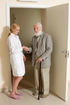 病院 医院 診療所 屋内 室内 診察室 検査室 扉 ドア 入口 立つ 立っている 開ける 開く 入る 出る 検査 診察 外国人 白人 男性 老人 高齢 高齢者 おじいさん おじいちゃん 髭 ヒゲ ひげ 白髪 女性 金髪 白衣 話す 立ち話 会話 白壁 清潔 クリーン 笑う 微笑む 全身 握手 女医 医者 医師 mdjms016    mdff142