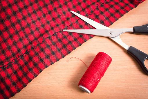 ソーイング 縫い物 裁縫 洋裁 手芸  手仕事 裁縫道具 裁縫用品 アップ 素材  趣味 ハンドメイド ホビー 生活 暮らし  小物 手縫い ファッション 縫う 針仕事 糸 はさみ 鋏 ハサミ 衣服 裾上げ 纏る 繕う 布