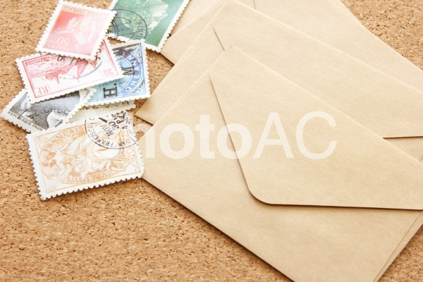 封筒と切手の写真