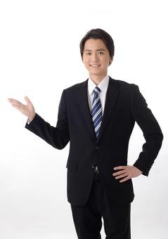 日本人 男性 男 20代 若い ファッション カジュアル インフォーマル 仕事 社会人 クリエイター デザイナー グラフィックデザイナー webデザイナー シャツ 白シャツ 白 ネクタイ スーツ ビジネススーツ 黒 白バック 白背景 ポーズ 人差し指 指し示す 指 笑顔 スマイル にこやか 微笑み 爽やか 爽快 右手 全身 指す mdjm024