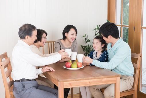 人物 日本人 家族 親子 ファミリー  三世代 二世帯 5人 両親 義両親  こども 子供 孫 娘 女の子  小学生 笑顔 スマイル 仲良し 部屋 室内 テーブル 食卓 集まる ティータイム お茶の時間 寛ぐ 語らう リラックス 団欒 だんらん  mdjf017 mdfk014 mdjm016 mdfs003 mdjms004